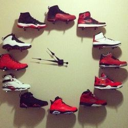 Membuat Jam Dinding dari Rangkaian Sepatu