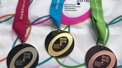 Aksi Pelajar Indonesia yang Berhasil Meraih Emas Olimpiade Fisika Internasional di Swiss