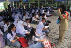 Ratusan Siswa SMK di Tanjung Selor Terpaksa Belajar Lesehan