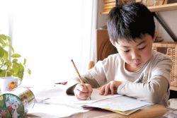 Begini Cara Tepat Membantu Anak dalam Mengerjakan PR