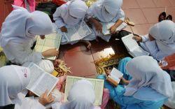 Satu Bangku Lima Orang, Ratusan Siswa Madrasah Cianjur Belajar Berdesakan