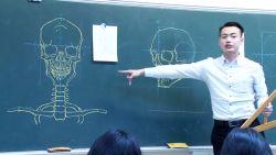 Wah, Guru Guru Ini Lihai Gambar di Papan Tulis!