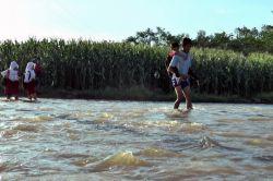 Anak-Anak Dusun Cipluk Timur Seberangi Sungai Demi Bersekolah