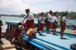 Demi Sekolah, Anak-Anak di Desa Langara Iwawo Harus Jual Ikan Dulu