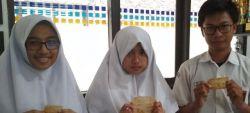 Kantong Plastik Buatan Tiga Pelajar Jatinangor Layak Makan