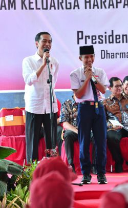Bagikan KIP di Dharmasraya, Presiden Dorong Siswa Makin Kompetitif