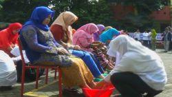 Jelang Unbk, Siswa SMKN 3 Bondowoso Basuh Kaki Ibu